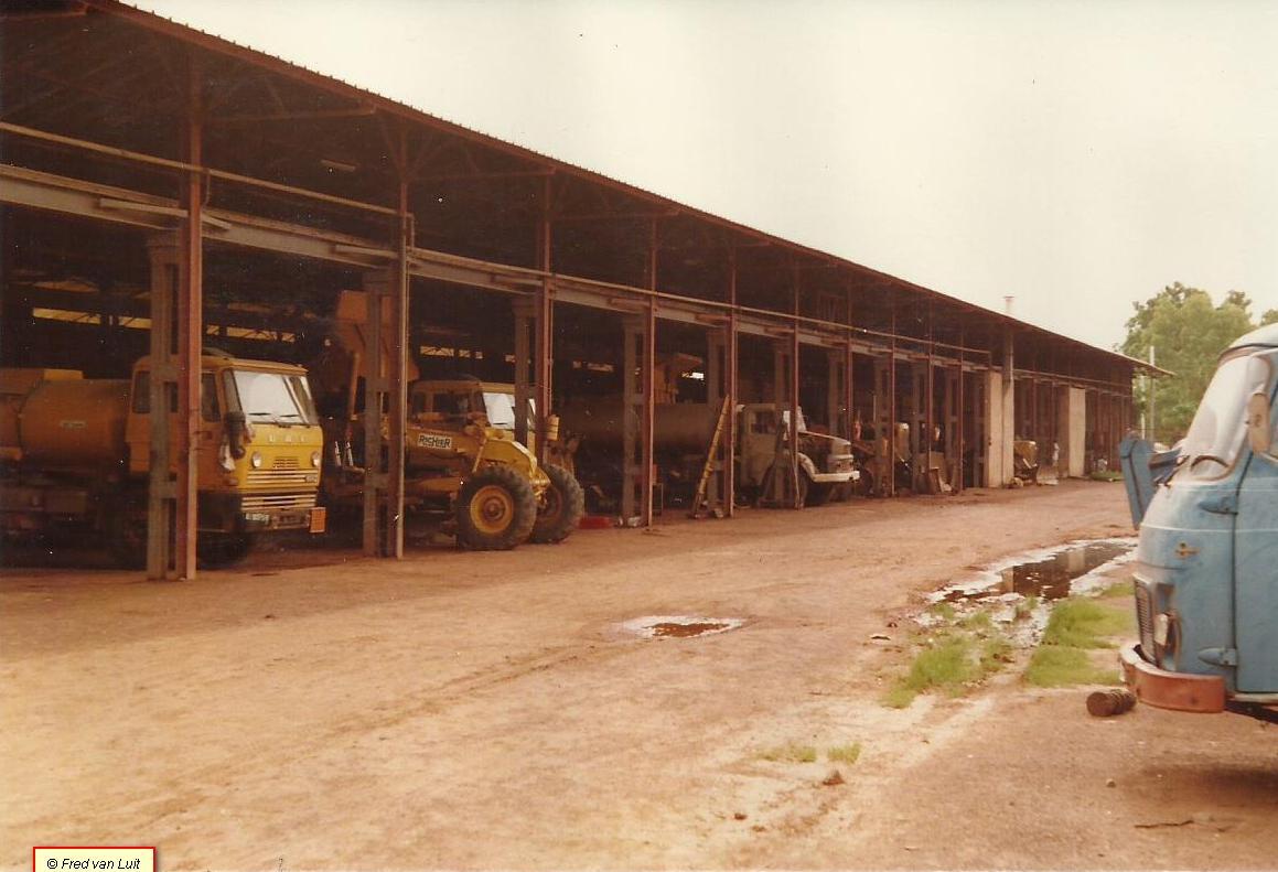 FA-1605-DF-met-brandstof-tank-opbouw.-Een-van-de-162-1600-s-die-DAF-geleverd-heeft-aan-Travaux-Publics--openbare-werken--van-toen-nog-Opper-Volta---en-training-geven-aan-de-monteurs-daar-Ouagadougou-1983-2