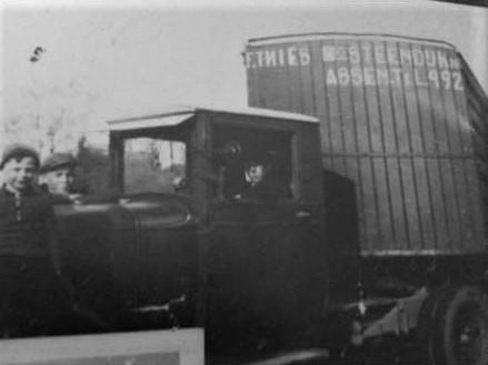 Mijn-opa-F-Thies-uit-Assen-eerste-kenteken-afgegeven-in-1920-en-nog-steeds-rijd-de-familie-met-vrachtwagens-over-de-weg--Frans-Archief--4