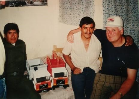 Bolivia-met-Sjak-en-Loetje.-hier-werd-onder-eigen-beheer-wagens-verkocht--1