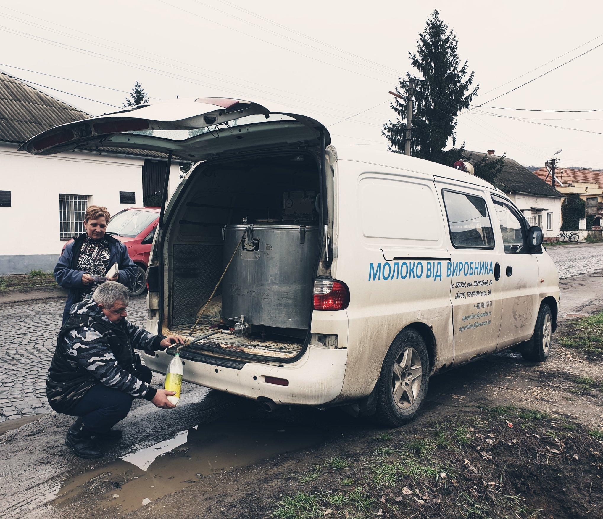 10-12-2019-Melkboer-op-het-platteland-van-Oekraine