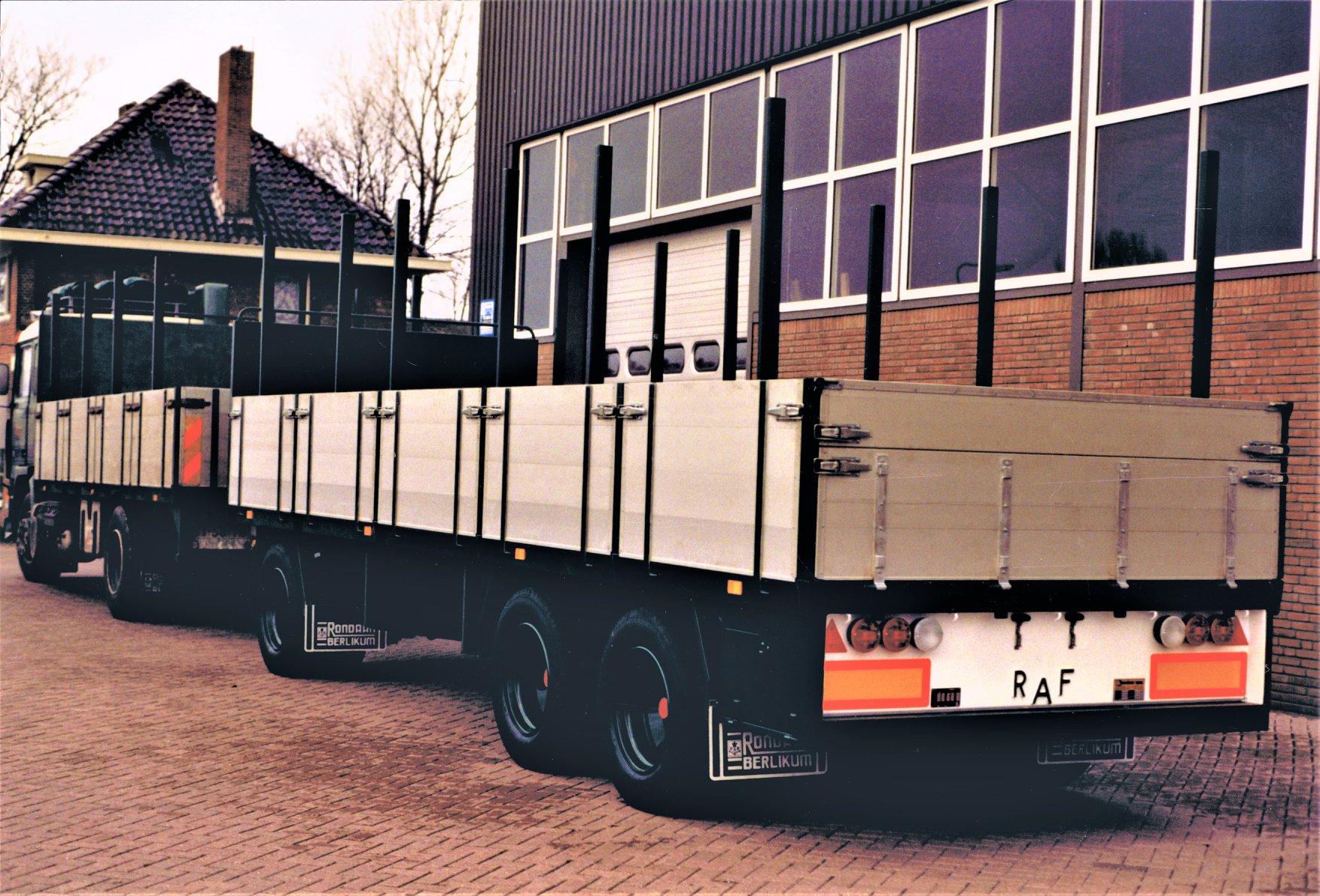 Volvo-F10-en-een-RAF-Tandemas-aanhangwagen-zijn-door-Rondaan-in-Berlikum-voor-Fa--H.De-Boer-Transportbedrijf-uit-Schettens-Lolle-Rondaan-foto-2