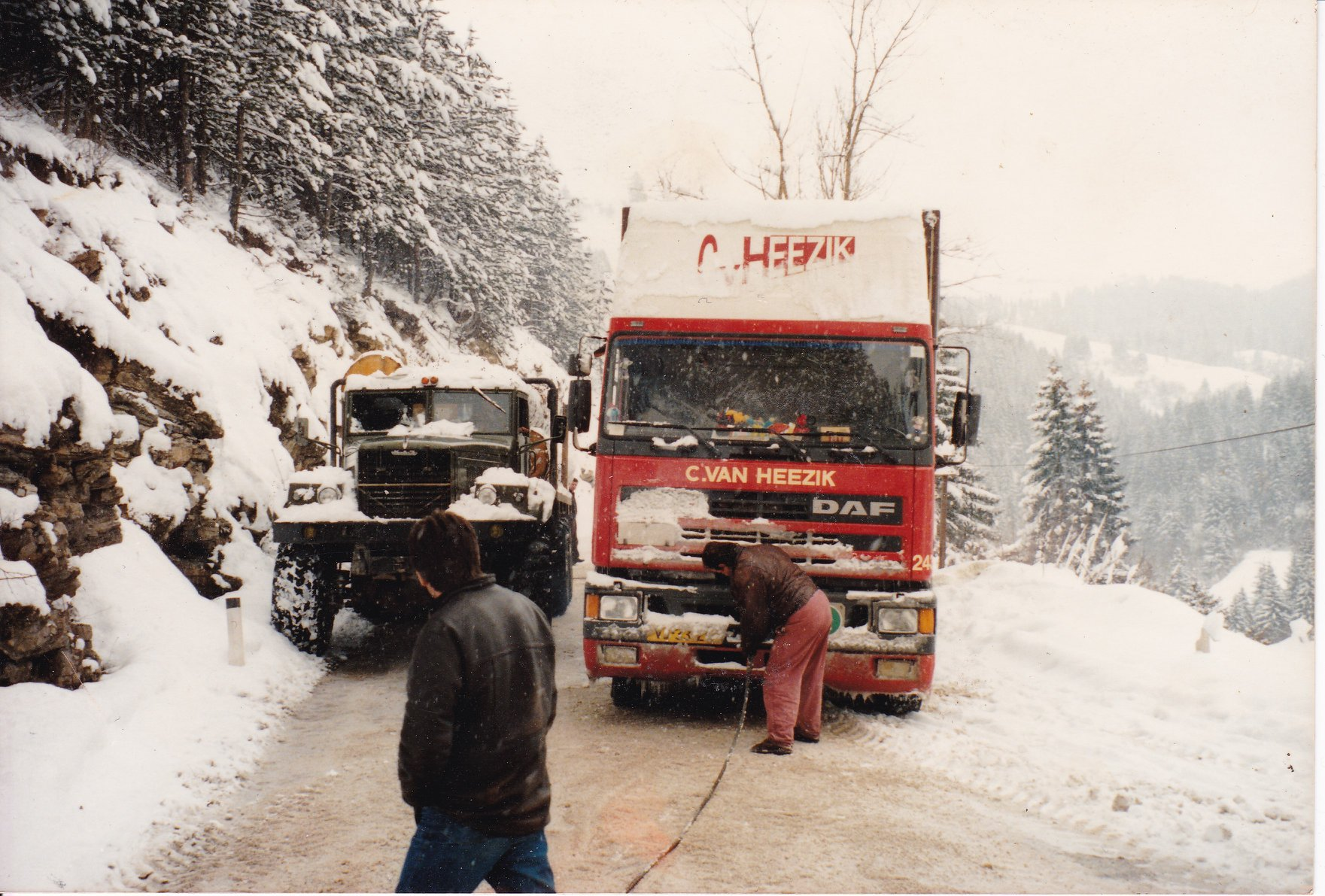 DAF-95-AHW--in-problemen--Albanie--Chauffeur-Tim-Fine-RIP-1