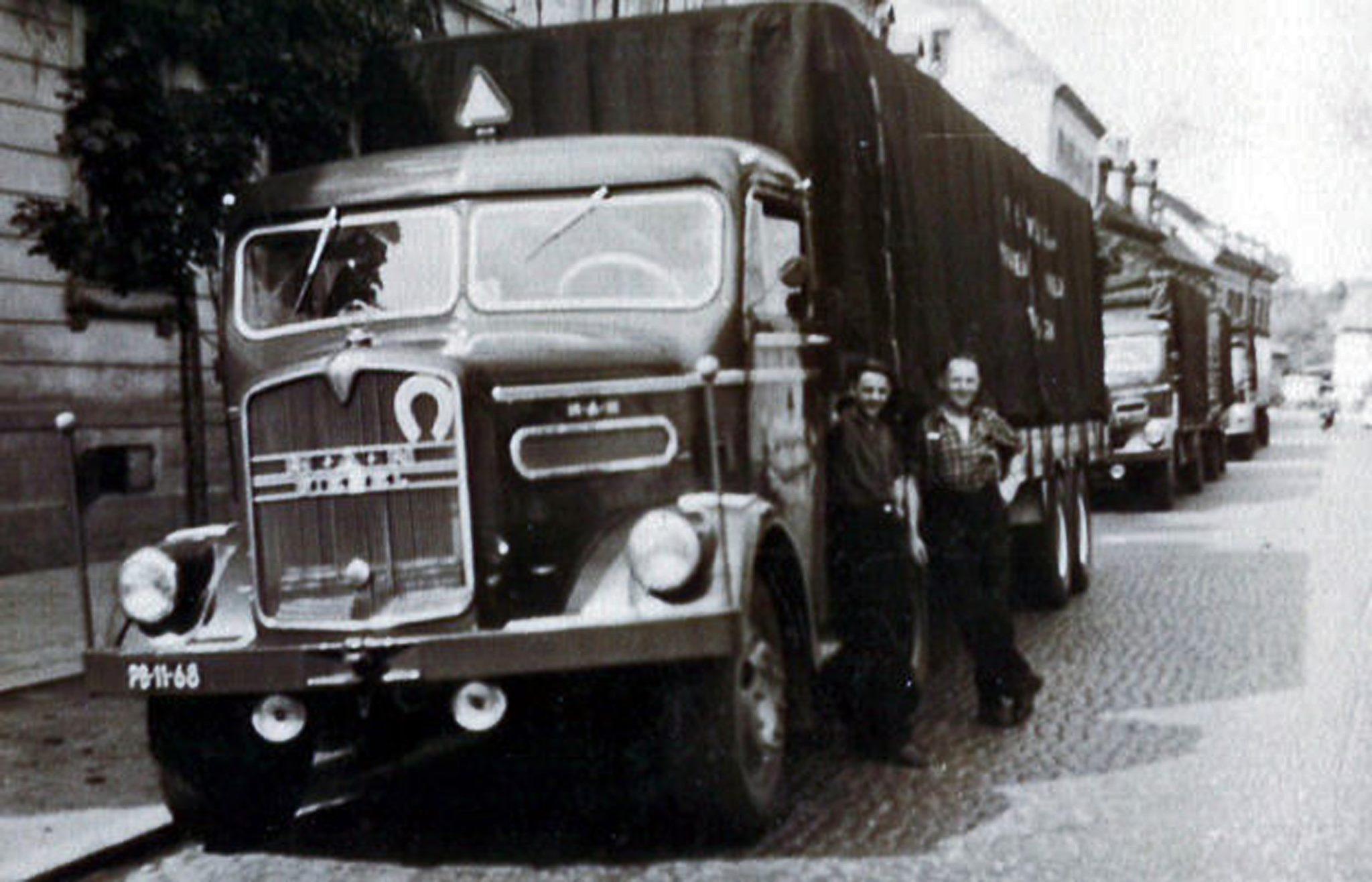 links-Jan-de-Zoete-rechts-ome-Gerrit-Boers-wachten-voor-de-markt-in-Brussel-1956