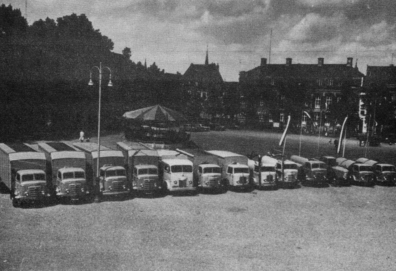 Vrijthof-1956--Presentatie-van-het-volledige-wagenpark-van-de-afdeling-Reiniging-van-Openbare-Werken