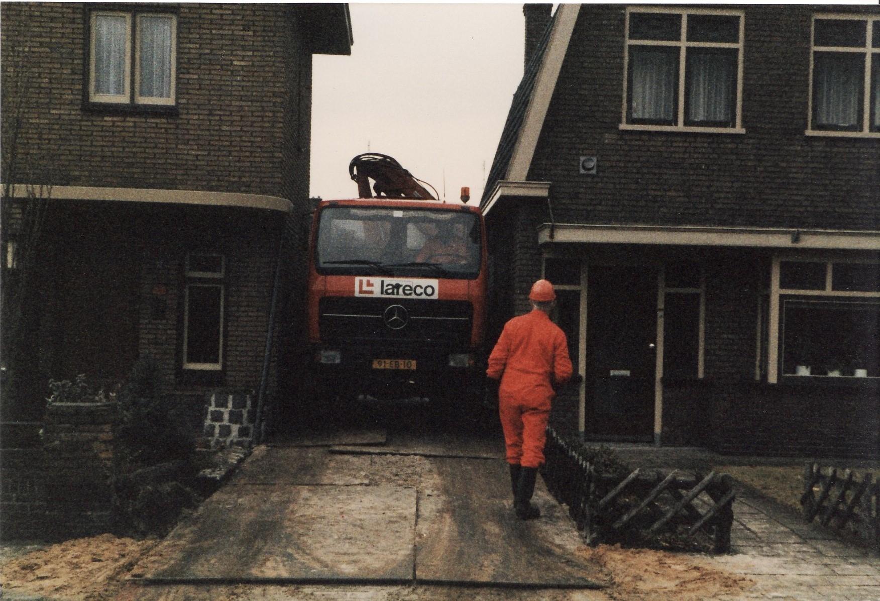Mercedes--Vervuilde-grond-af-voeren-in-Wierden-2