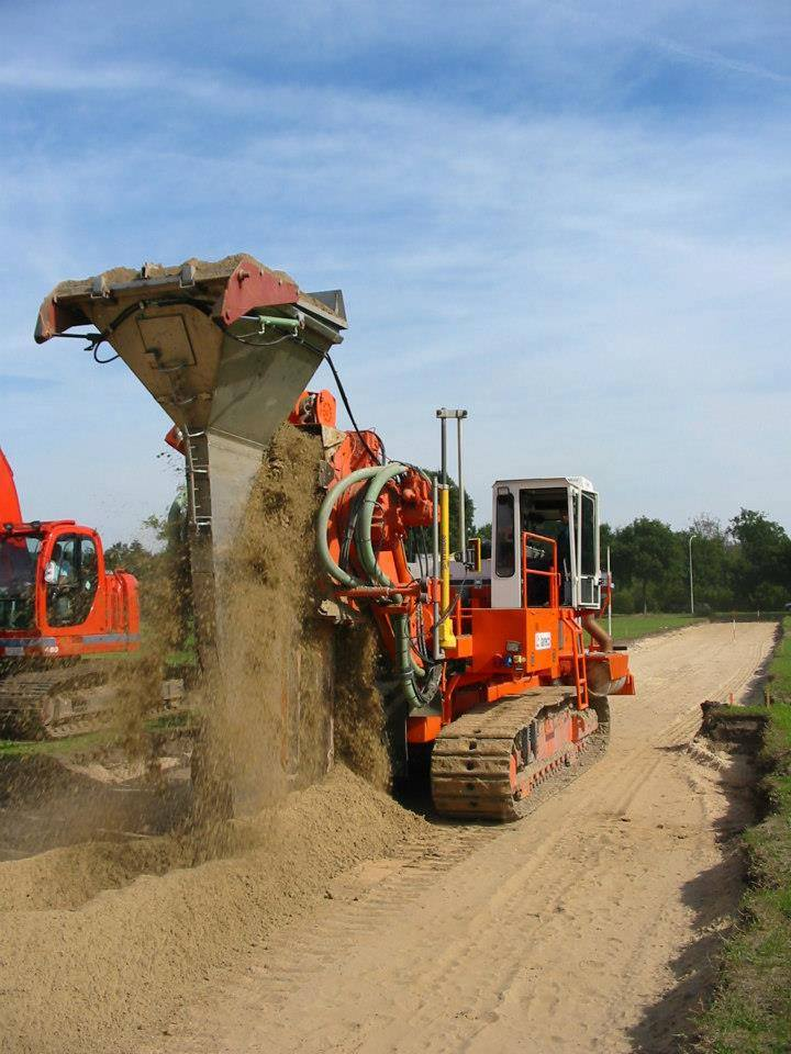 machine-die-een-sleuf-naar-beneden-maakt-in-die-sleuf-word-bentoniet---een-soort-cement-gedaan-om-een-keerwand-in-de-grond-te-krijgen