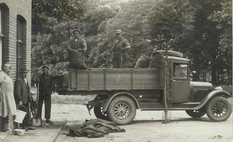 eerste-wagen-van-ewals-met-opa-ewals-1930---dennis-ewals-archief