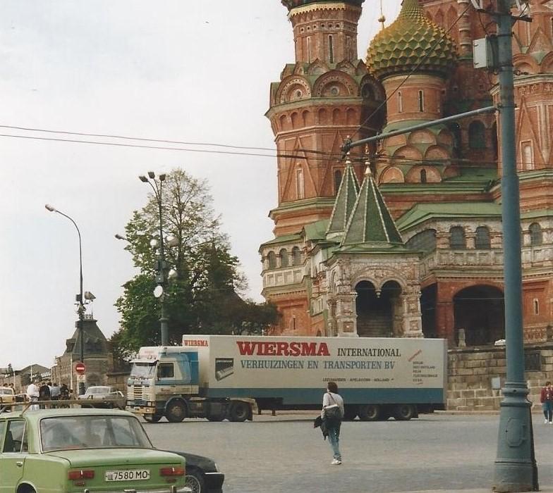 SCANIA-112M-van-Ron-Veenstra--met-een-huiftrailer-en-met-een-gesloten-trailer-in-Moskou--2