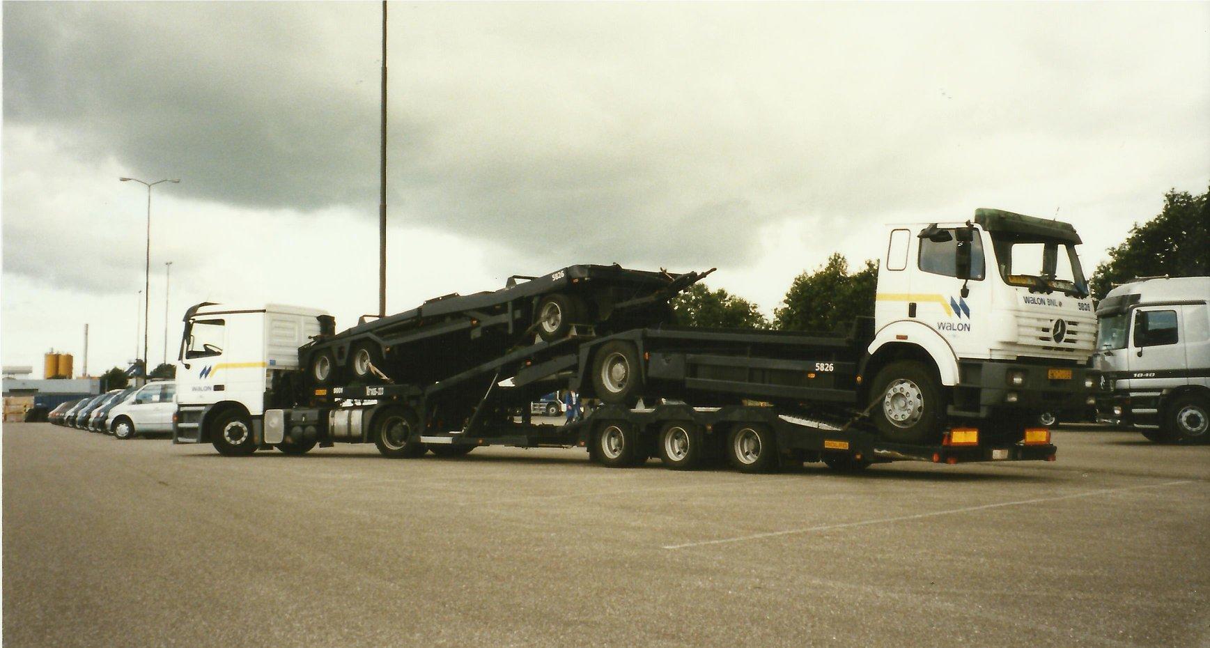 Ger-van-Glimmeren--MB-importeur-in-Nijkerk.trucks-gelost-en-samen-opgeladen