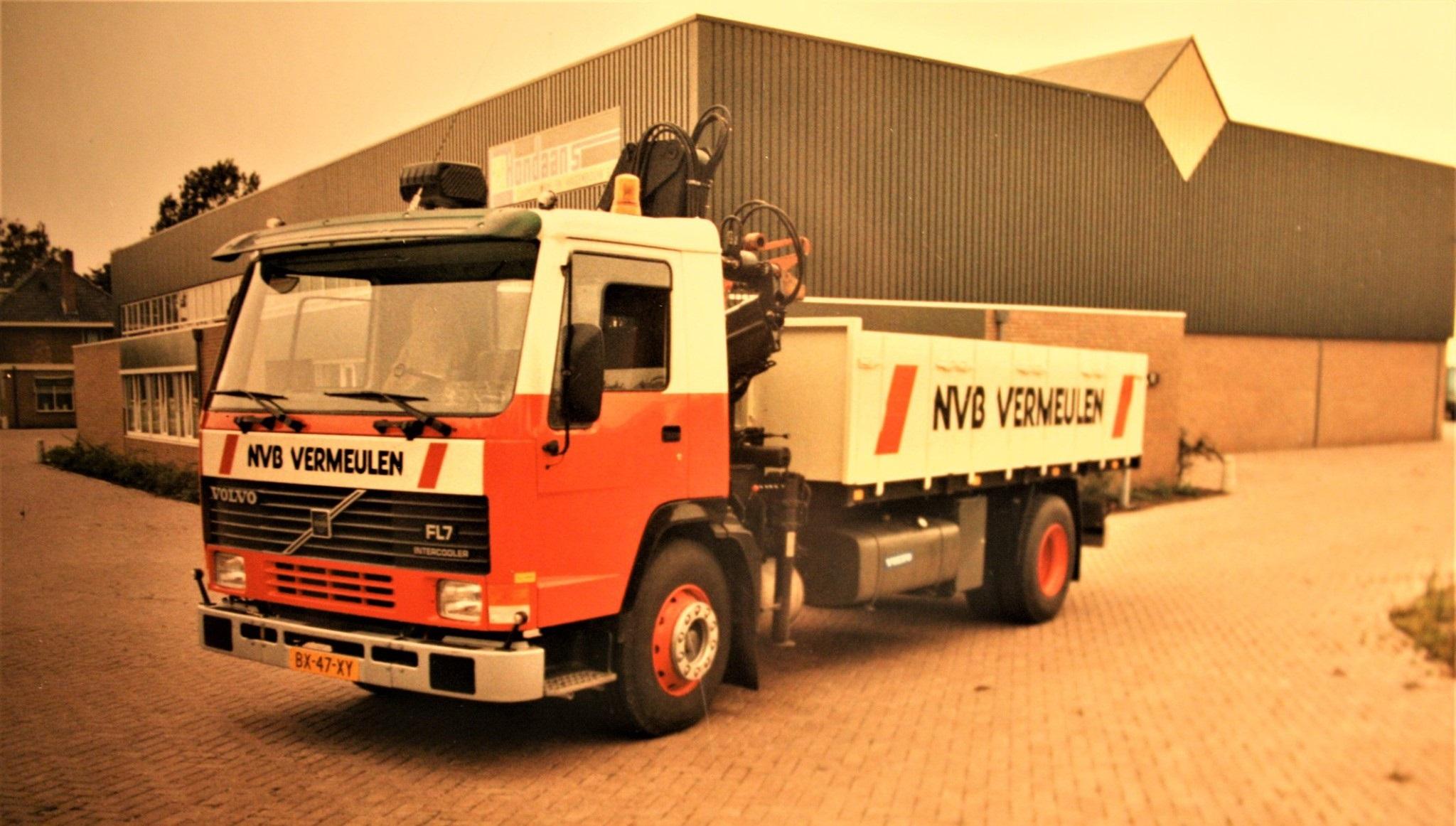 Volvo-FL7-is-door-Rondaan-in-Berlikum-een-kipperbak-en-een-kraan-opgebouwd-voor-Bouwmaterialen-Handel-NVB-in-Leeuwarden-1