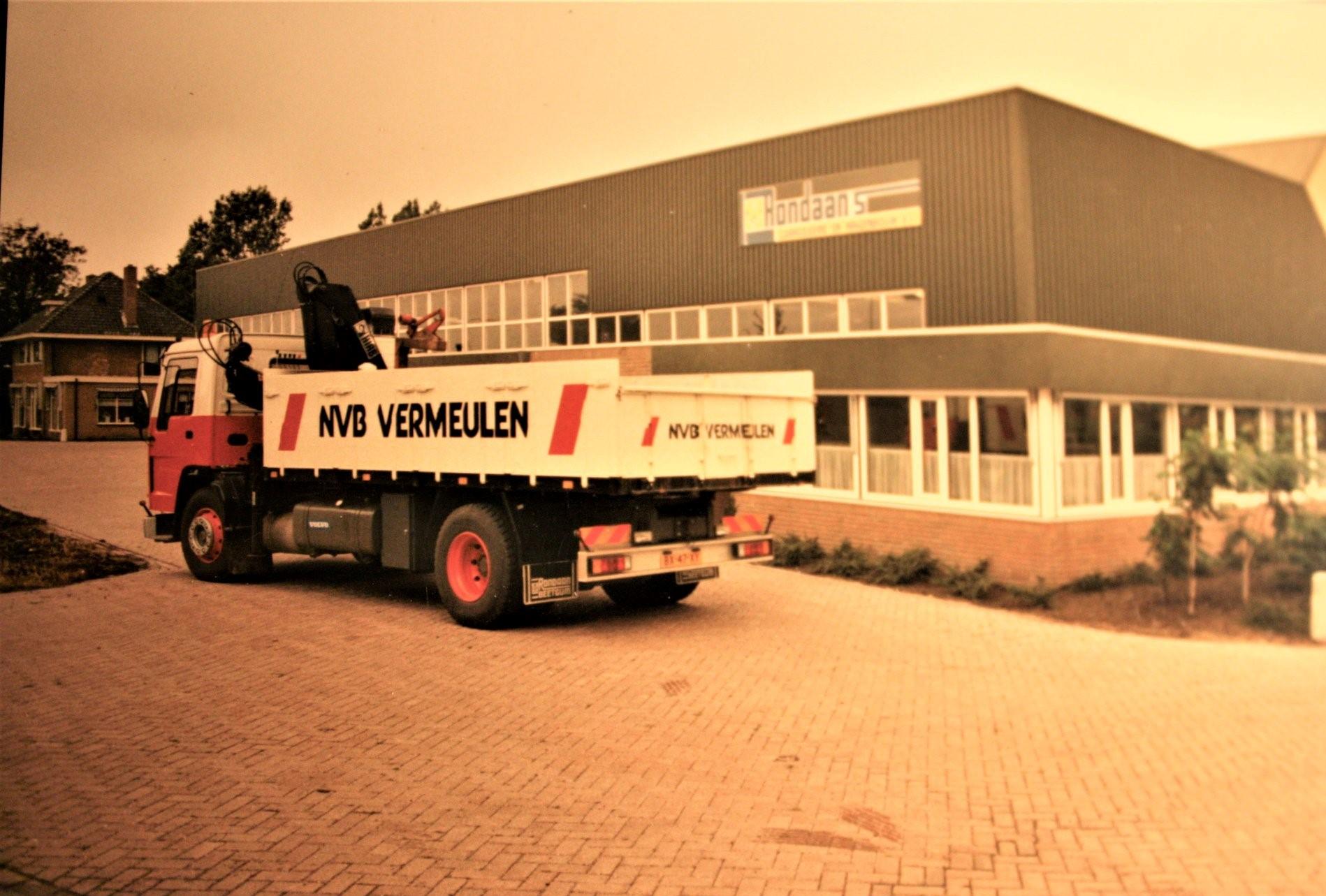 Volvo-FL7-is-door-Rondaan-in-Berlikum-een-kipperbak-en-een-kraan-opgebouwd-voor-Bouwmaterialen-Handel-NVB-in-Leeuwarden-2