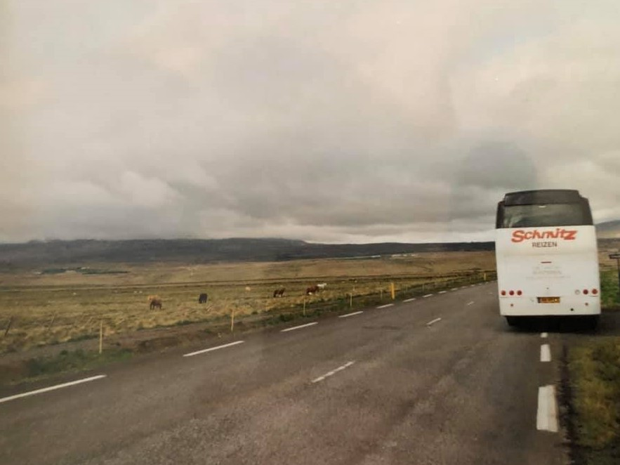 17--Wegno--1--dit-zou-bij-ons-in-Nederland-de-A2-zijn--Hier-kun-je-echter-gewoon-aan-de-kant-en-een-fotostop-maken--Ben-hier-overigens-tussen-Akuyeri-en-Reykjavik-2
