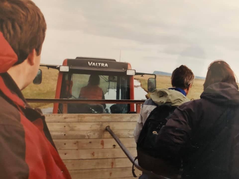 35--Met-tractor-en-kar-naar-het-vogeleiland-Ingelhofni