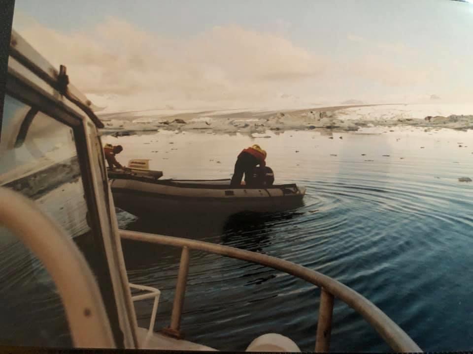 42--Met-deze-bootjes-en-helemaal-ingepakt-over-het-ijsmeer