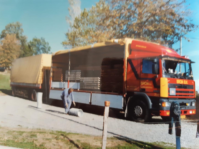 Hans-zijn--laatste-Internationaal-Kalverboxen-lossen-voor-Kok-en-Klok-Wekerom-adresje-of-6-pyreneeen-Spannend-maar-leuk-werk-soms-lekker-eten-wijntje-bij-de-Boer