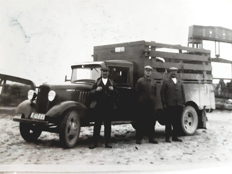 Mijn-opa-Kees-Bron-in-het-midden-eigenaar-van-deze-auto-aan-de-boot-in-Breskens
