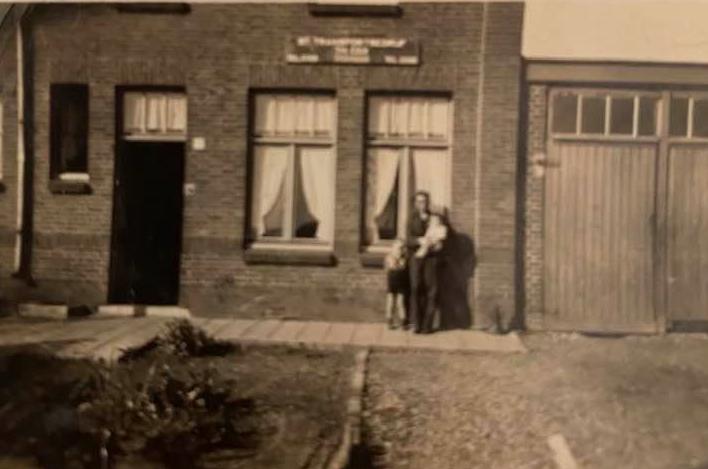 Toen-het-allemaal-begon-Mijn-vader-met-Jos-en-Victor-op-de-arm-Maastrichterweg-2