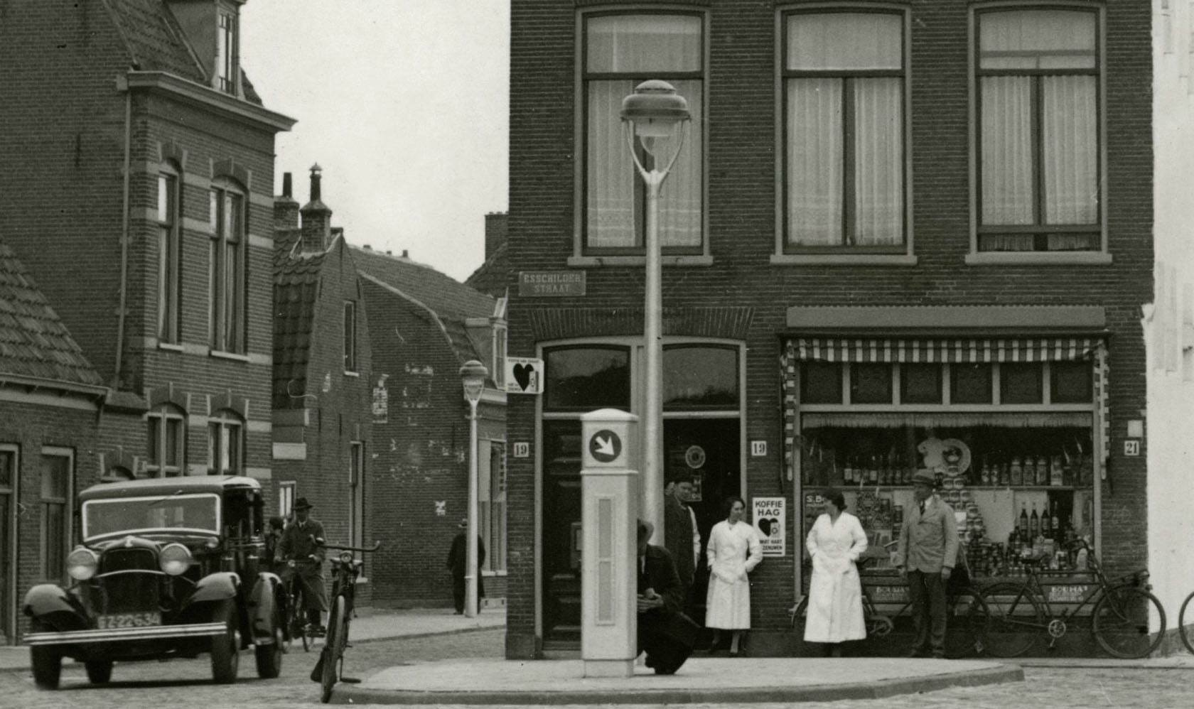 1936-Haarlem-Rustenburgerlaan--sta-in-de-weg--winkel-met-Ford-kopklepmotor-model-B-uit-1932