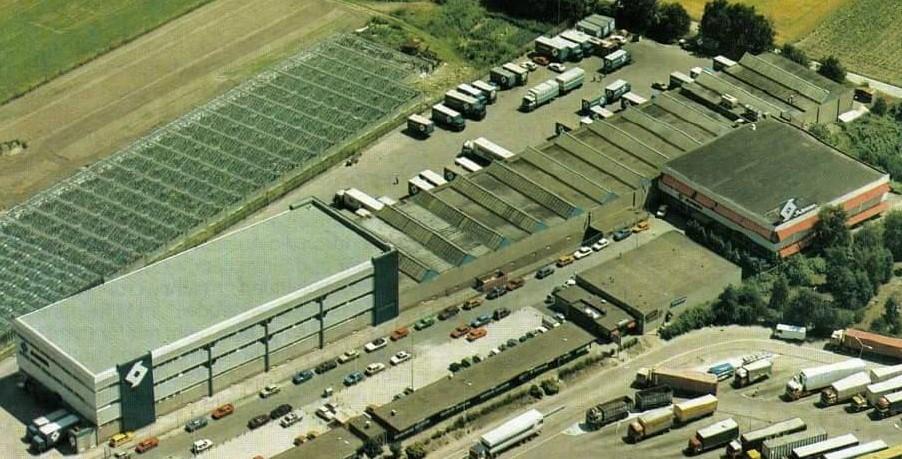 Harrie-Schreurs-met-luchtfoto-van-het-bedrijf