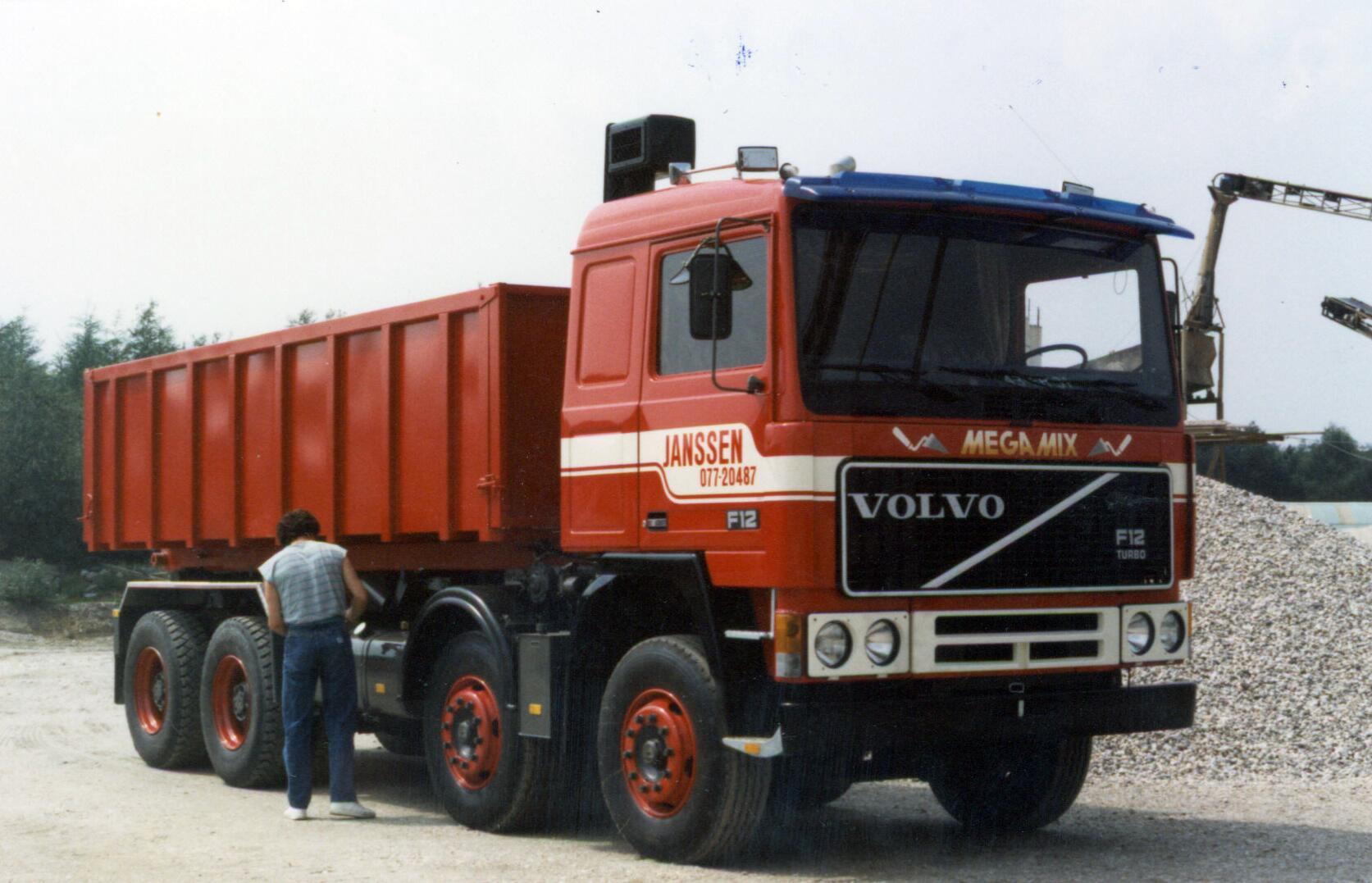 Volvo-de-eerste-van-Nederland-8X4-1984-chauffeur-Gerrit-Rievers---Math-Keijsers-archief
