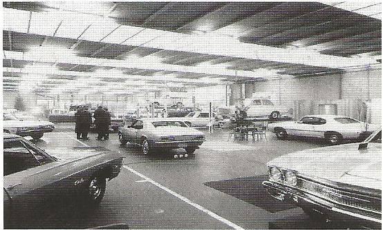 1967-Alle-autos-staan-er-stralend-bij-mooie-bloemstukken-sieren-de-Showroom-aan-de-Lage-witsiebaan-te-Tilburg