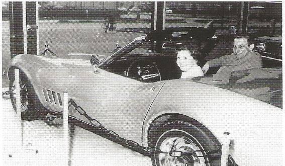 1967-De-Showroom-en-nieuwe-Garage-wordt-goed-bezocht-aan-De-Lage-Witsiebaan-te-Tilburg