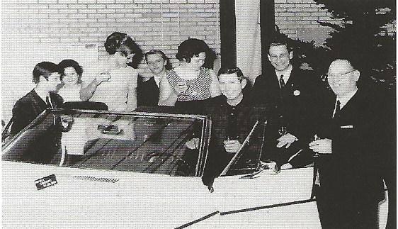 1967-Klanten-kijk-hun-ogen-uit-in-de-nieuwe-garage-en-showroom-aan-de-Lage-Witsiebaan-te-Tilburg