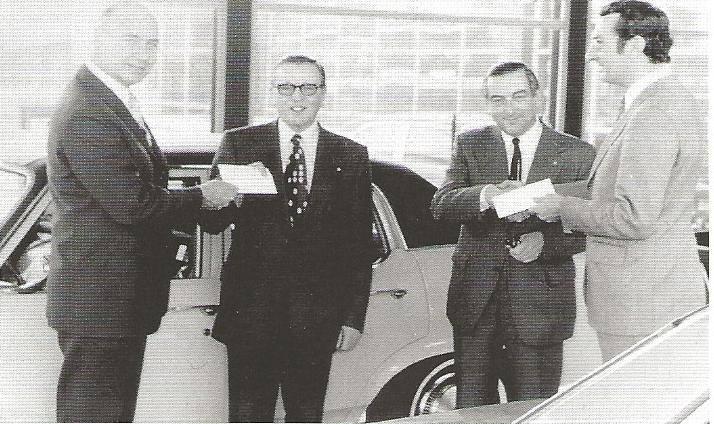 1967-Michel-en-Ad-de-Groot--zoon-Hein-en-Herman-Schaperik-word-de-garagedeur-officieel-geopend