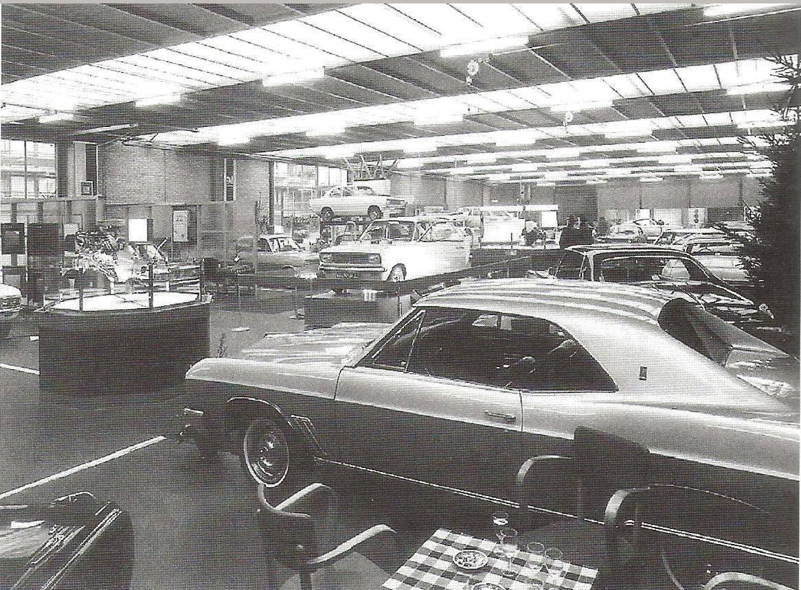 1967-Oldsmobile--Cadillac--staan-in-de-showroom