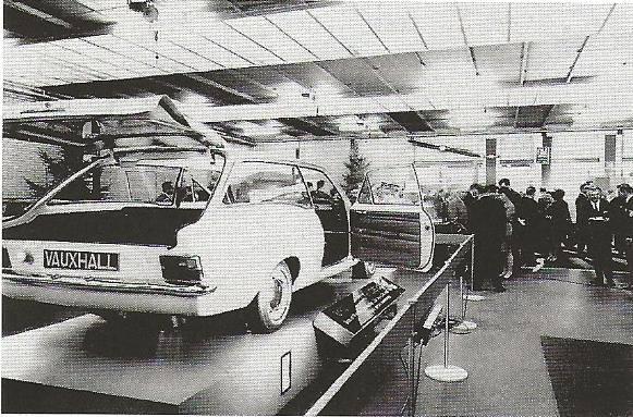 1967-ook-de-werkplaats-word-bezichtigd--De-show-was-opgebouwd-met-vele-opengewerkte-versnellingsbakken-en-motoren.