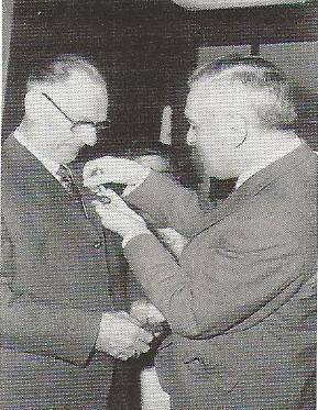 1969-Henk-Bakker-wordt-gehuldigd-wegens-zijn-40--jarige-jubileum-bij-Garage-De-Groot.-te-Tilburg