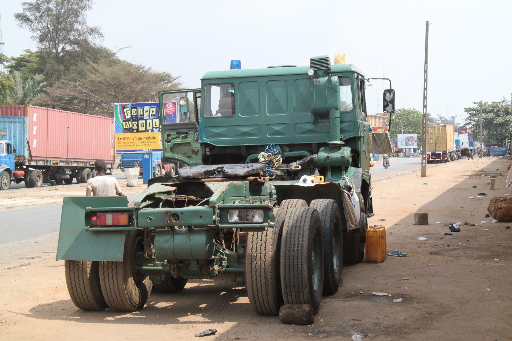 2010-Wachten-op-een-retour-vracht-in-de-haven-van-Cotonou--Trekker-uit-Lagos-Nigeria-chauffeur-stond-er-al-een-weekje-of-wat-1
