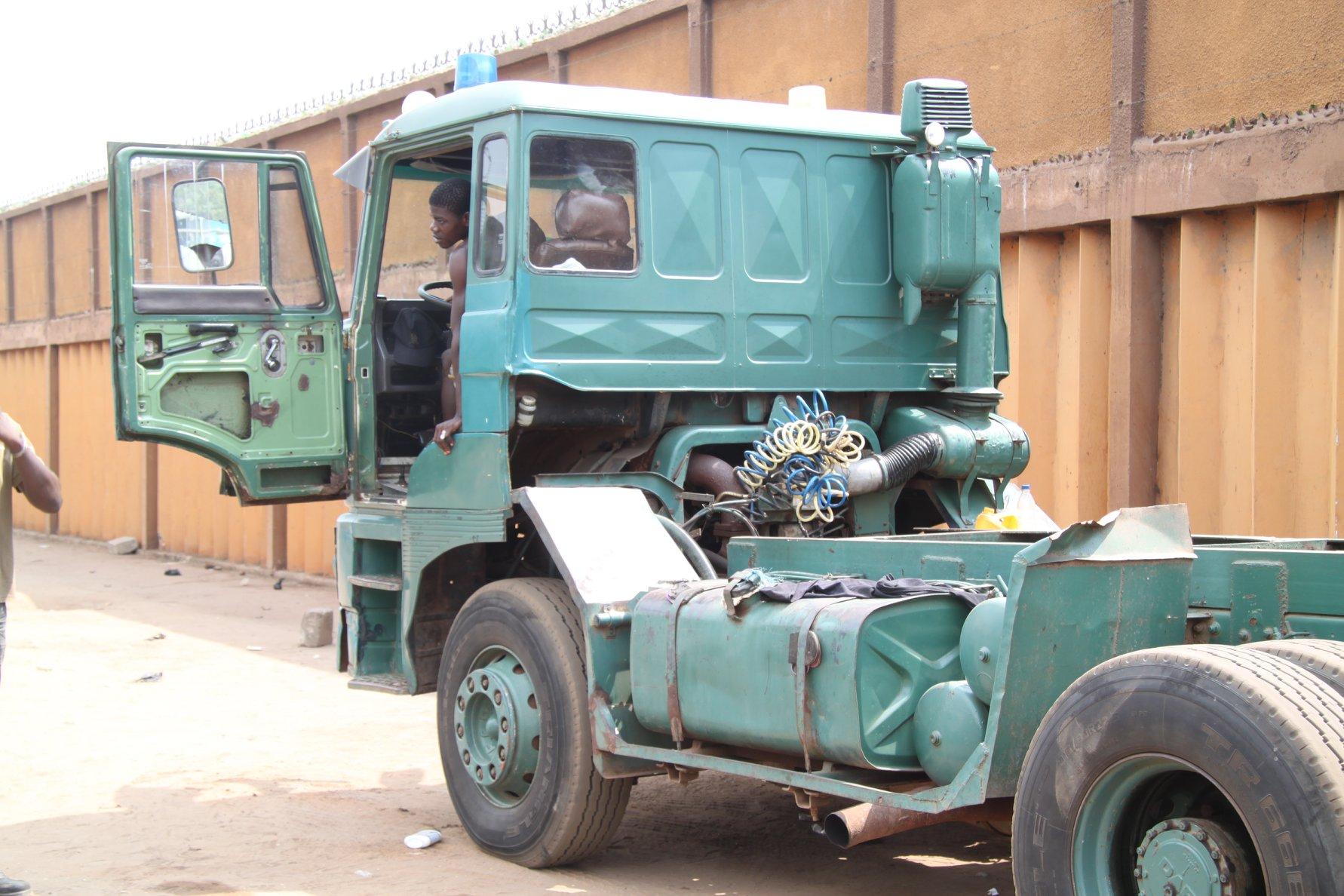 2010-Wachten-op-een-retour-vracht-in-de-haven-van-Cotonou--Trekker-uit-Lagos-Nigeria-chauffeur-stond-er-al-een-weekje-of-wat-2