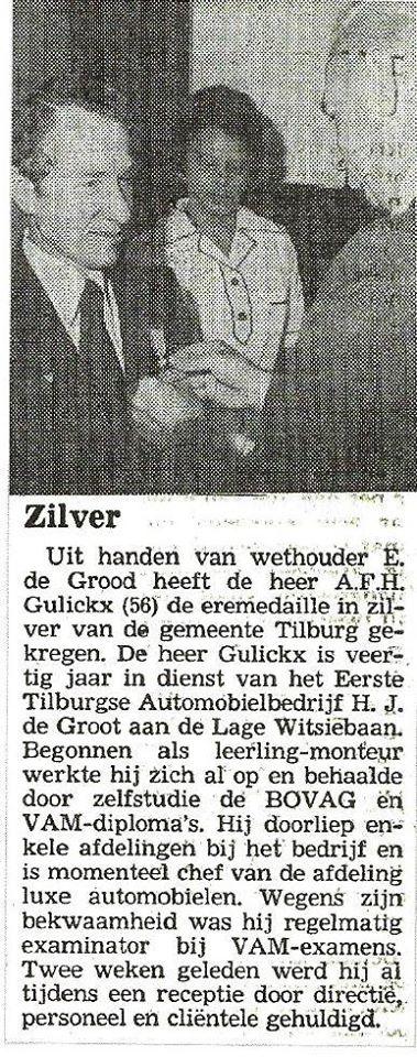 1977-Nuod-Gulickx-ontvangt-voor-zijn-40--jarige-dienst-een-eremedaille-in-het-zilver-van-de-Gemeente-Tilburg-uit-handen-van-Wethouder-De-Grood