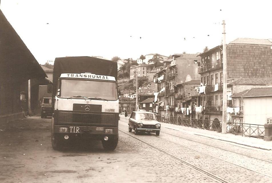 Eric-Van-Rie-douana-Porto---De-vrachtwagens-stonden-langs-de-weg-bij-de-Douro--We-aten-bij-Gloria-of-Maria-in-de-kelder-Restaurant-casa-Mozambique-in-Matosinhos-was-voor-later