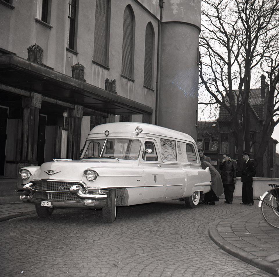 Ambulance-voor-het-Paleis-Raadhuis-Tilburg---Cadillac-model-1956
