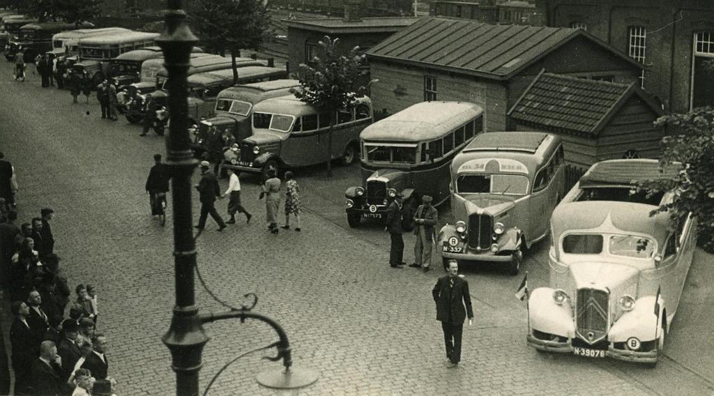 Autobussen-en-lijndiensten-bij-het-station-van-de-NS-aan-de-Spoorlaan-Tilburg-1935