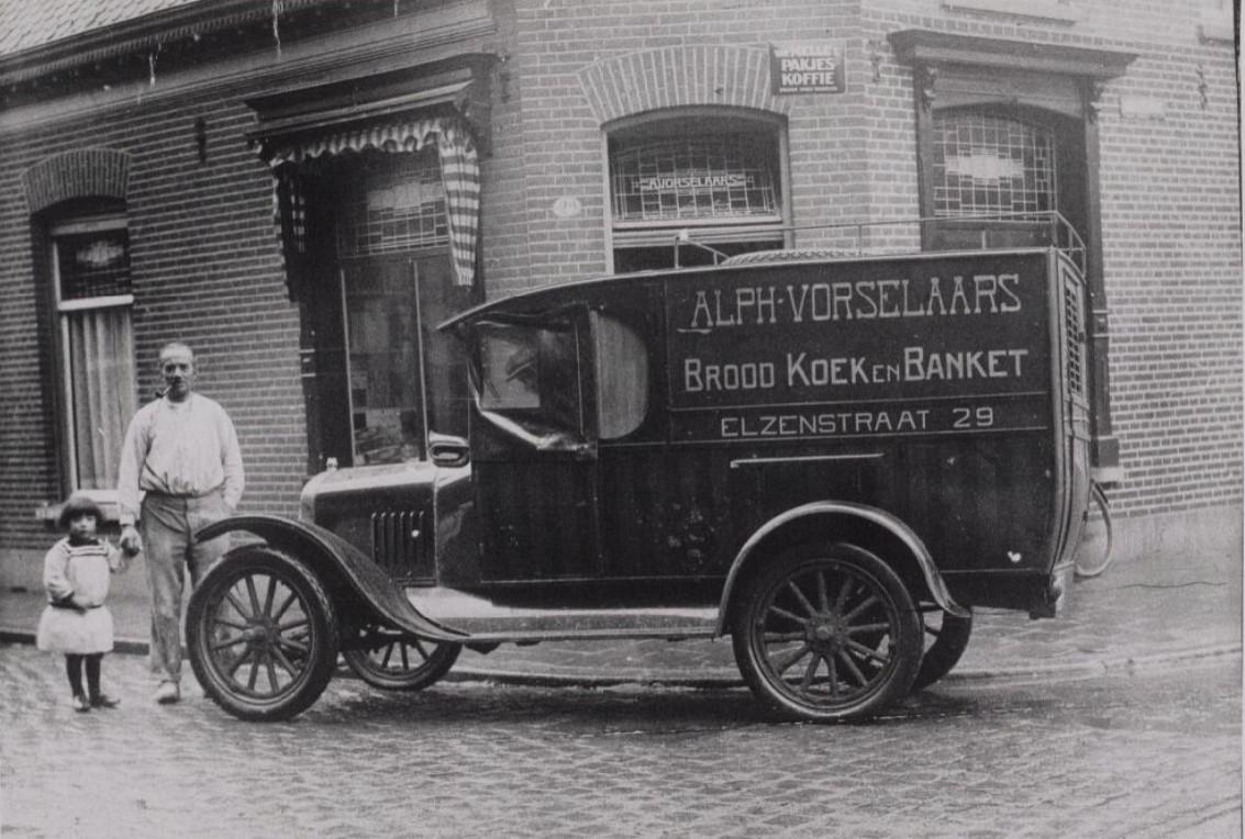 Ford-Alph-Vorselaars-met-zijn-door-de-firma-Knegtel-geleverde-bestelwagen