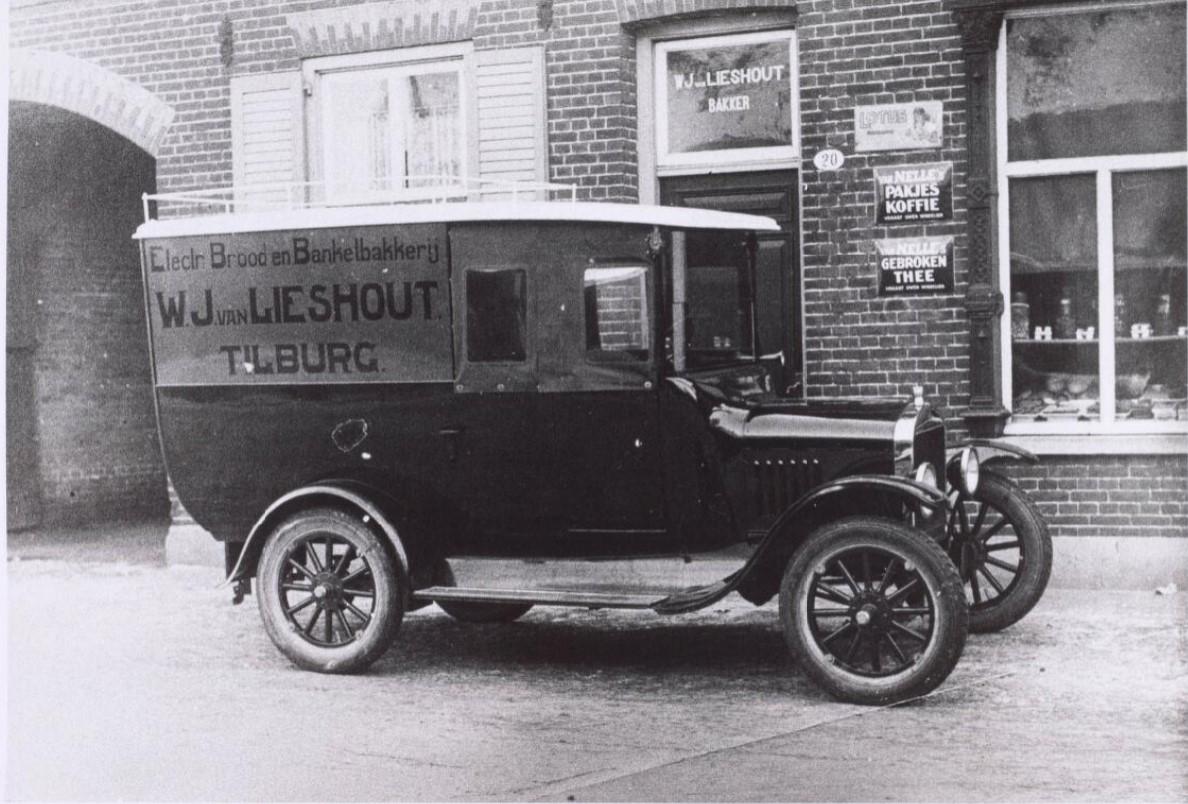 Ford-Brood--en-banketbakkerij-W--J.-van-Lieshout-aan-de-Hoevenseweg-met-bedrijfsauto--