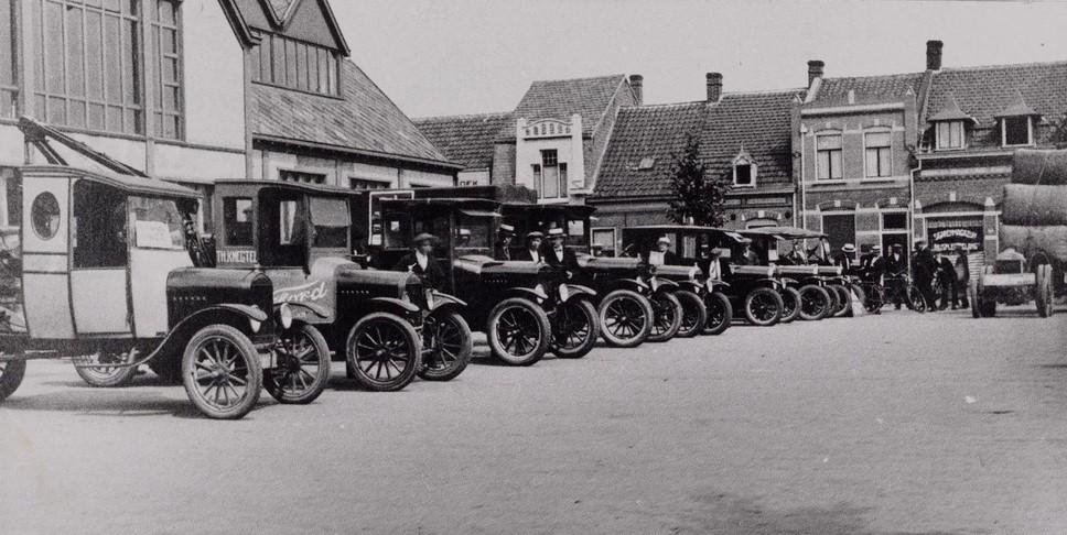 Ford-Wagens-van-de-firma-Th-Knegtel-opgesteld-voor-de-Koopmansbeurs-op-het-Piusplein-