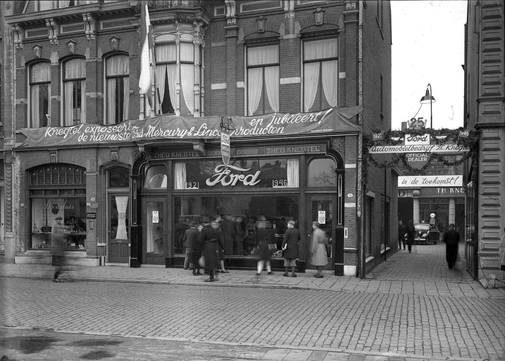 Het-winkelpand-van--automobielbedrijf-Theo-Knegtel-aan-de-Heuvel-44-uitbundig-versierd-ter-gelegenheid-van-het-25-jarig-jubileum-als-officiele-Ford-dealer--1946