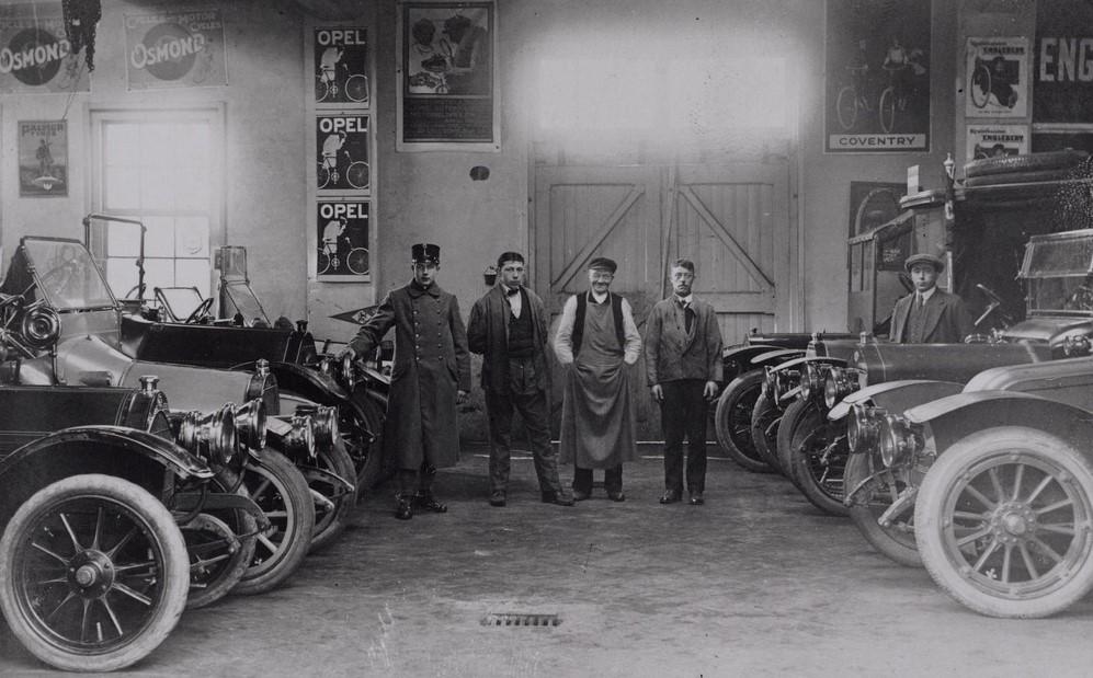 Th-A-M-Knegtel-handelaar-in-auto-s--Forddealer--In-1912-gevestigd-aan-de-Heuvel-samen-met-Leo-Wagemakers.-2e-persoon-van-links-Ruts--2e-van-rechts-Jan-Bestens--Huisvesting-wagenpark-generale-staf--1e-
