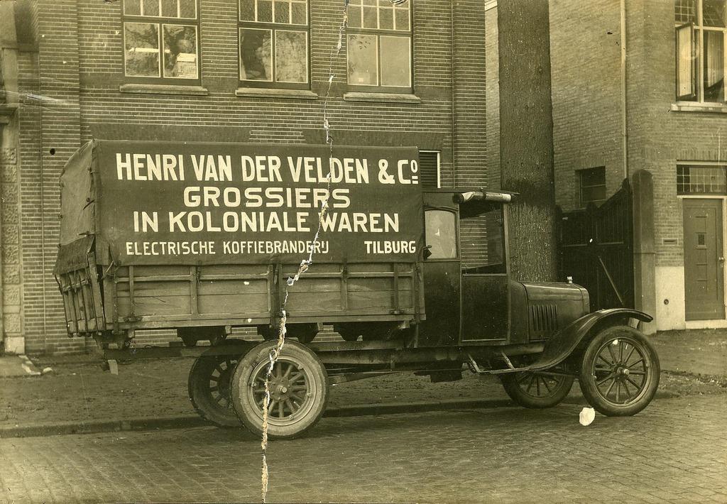 firma-Henri-van-der-Velden-grossiers-in-koloniale-waren-aan-de-Bosscheweg-Tilburg--De-vrachtwagen-werd-geleverd-door-garagebedrijf-Knegtel--1924
