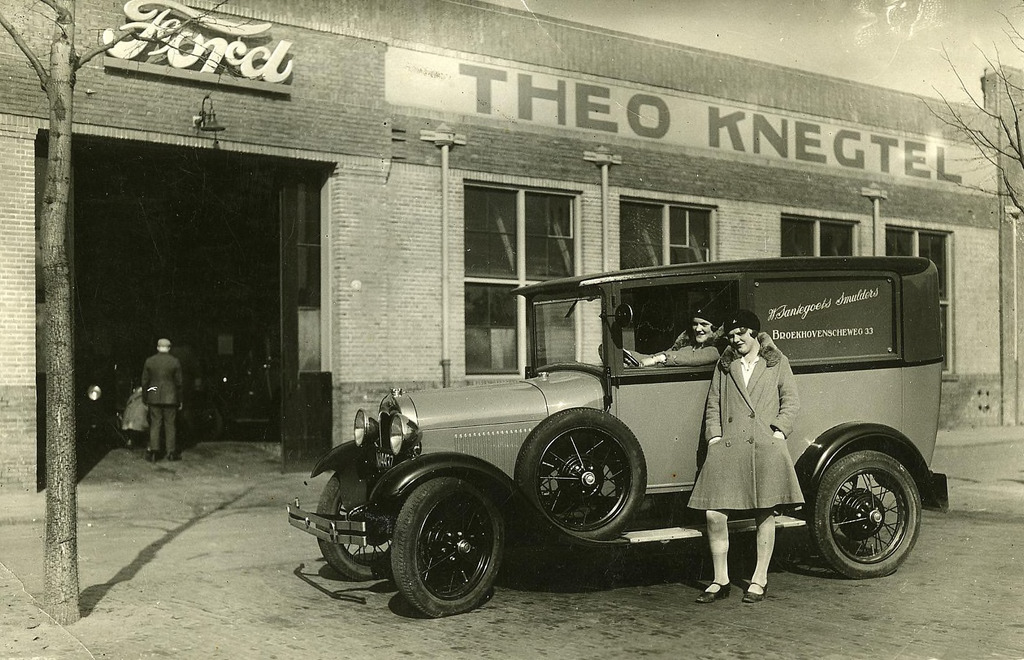 ford-van-bakker-W.-Santegoets-Smulders-bij-garage-Theo-Knegtel-aan-het-Piusplein.-Achter-het-stuur-Betsie-Santegoets--1928--