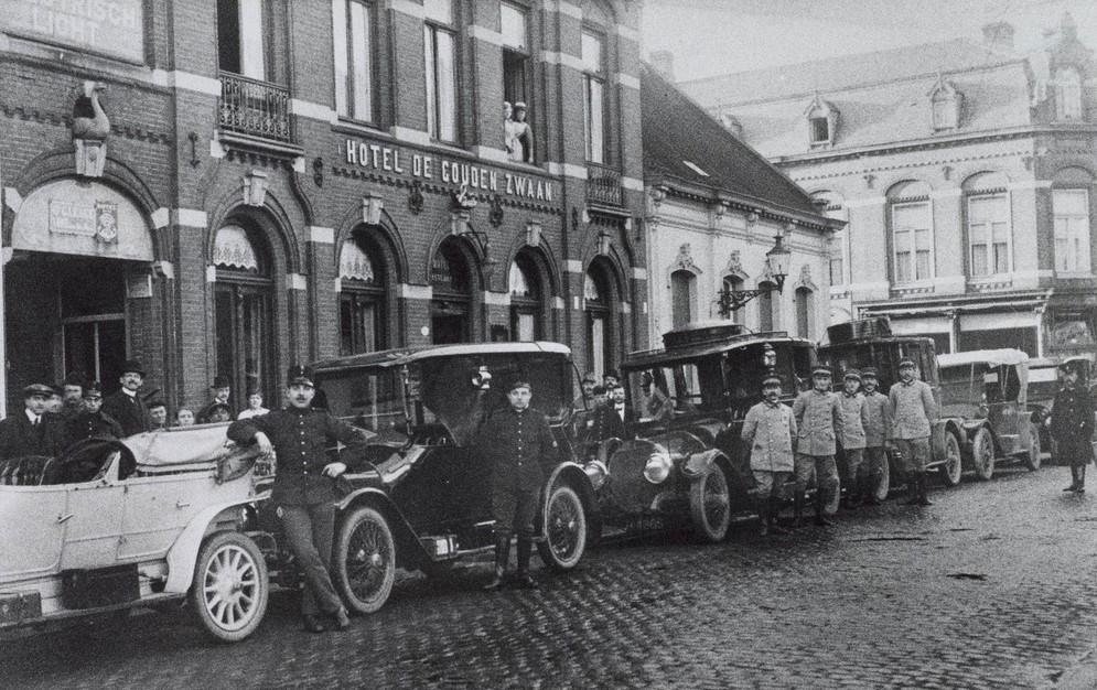 stafleden-met-hun-ford-wagens-op-11-augustus-1914-bij-de-mobilisatie-