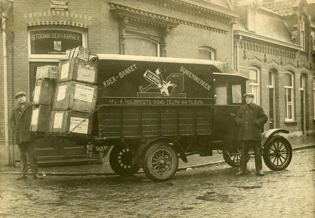 vrachtwagen-van-koekfabrikant-A--Huijbregts-Ooms-aan-de-Emmastraat-35--De-wagen-werd-geleverd-door-garagebedrijf-Th--Knegtel