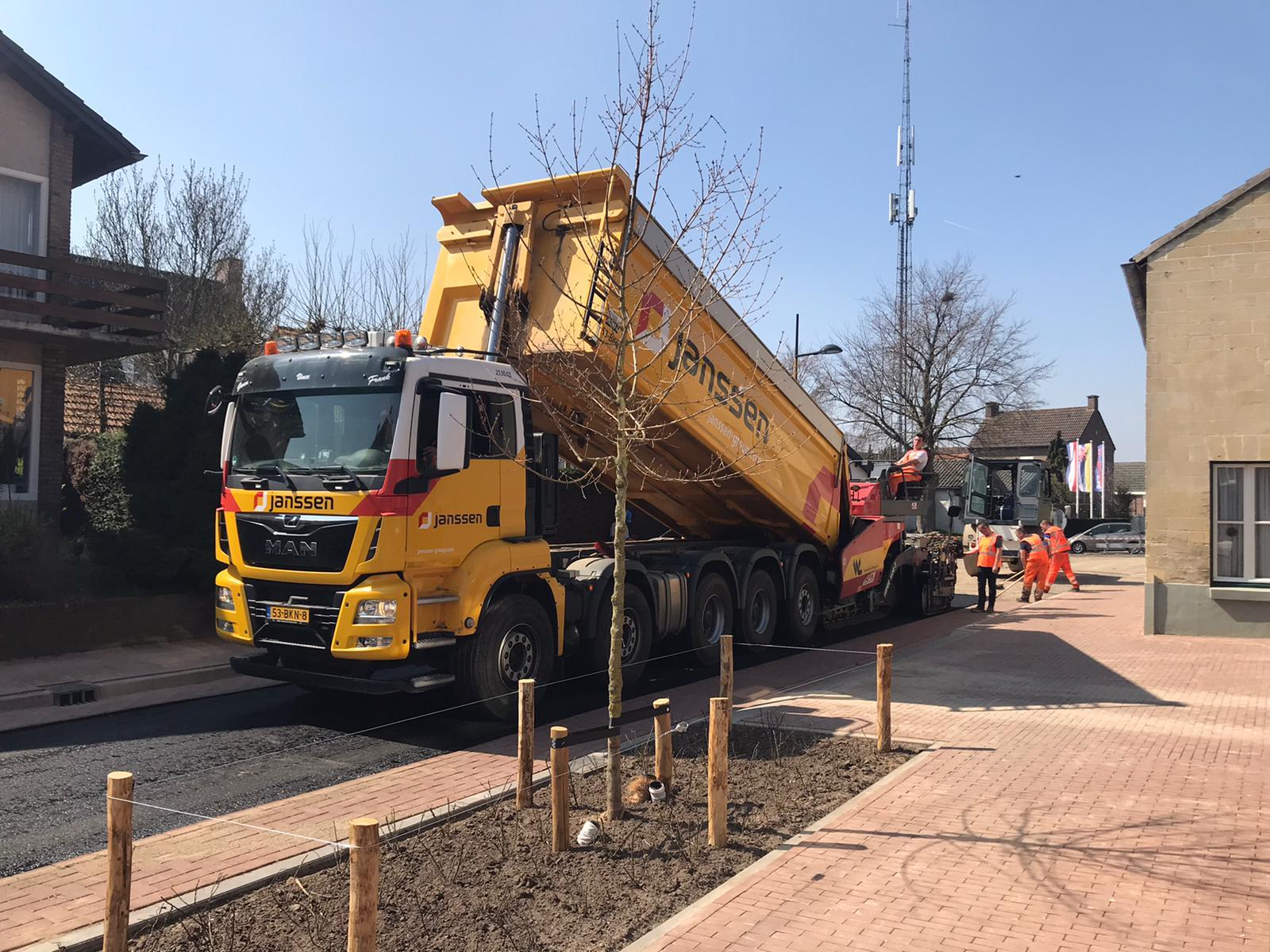 Van-APK-Wegenbouw-hebben-wij-het-meerjarig-contract--gekregen-voor-het-asfalttransport-en-het-vervoer-van-hun-asfaltsets-nieuwe-Scania-8x4-kraanauto-met-dieplader-en-de-nieuwe-MAN-10-4-17-4-2020-