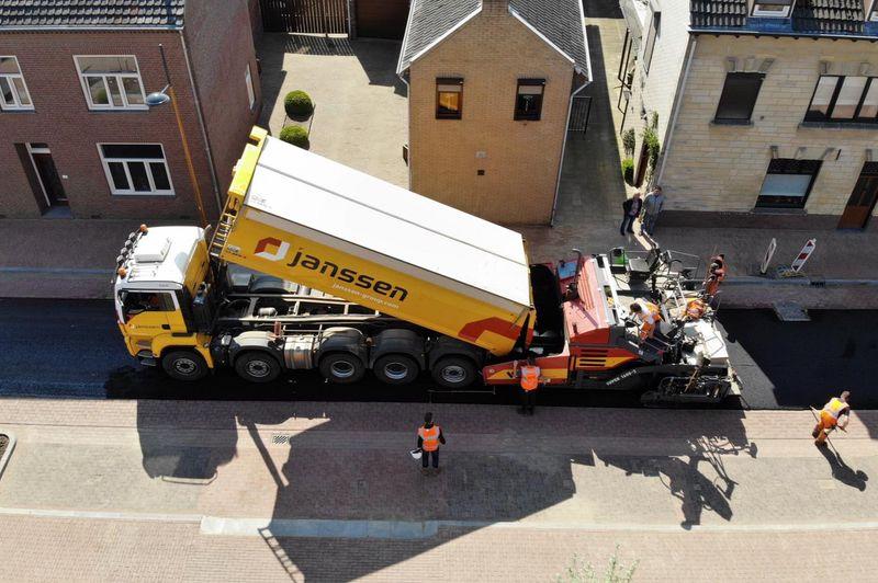 Van-APK-Wegenbouw-hebben-wij-het-meerjarig-contract-gegund-gekregen-voor-het-asfalttransport-en-het-vervoer-van-hun-asfaltsets-nieuwe-Scania-8x4-kraanauto-met-dieplader-en-de-nie-3
