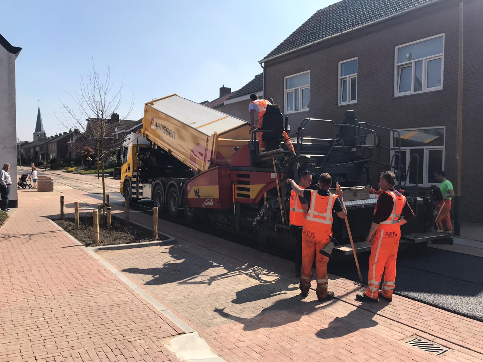 Van-APK-Wegenbouw-hebben-wij-het-meerjarig-contract-gegund-gekregen-voor-het-asfalttransport-en-het-vervoer-van-hun-asfaltsets-nieuwe-Scania-8x4-kraanauto-met-dieplader-en-de-nie-4