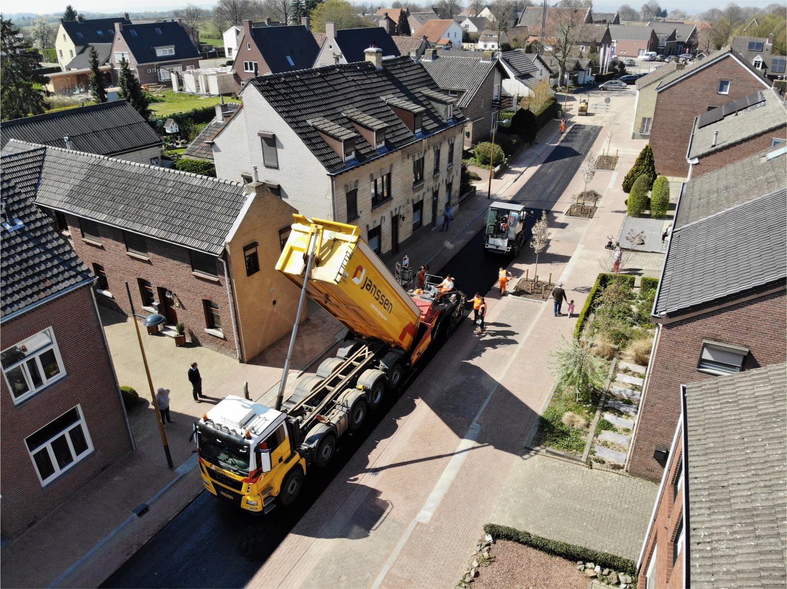 Van-APK-Wegenbouw-hebben-wij-het-meerjarig-contract-gegund-gekregen-voor-het-asfalttransport-en-het-vervoer-van-hun-asfaltsets-nieuwe-Scania-8x4-kraanauto-met-dieplader-en-de-nie-5
